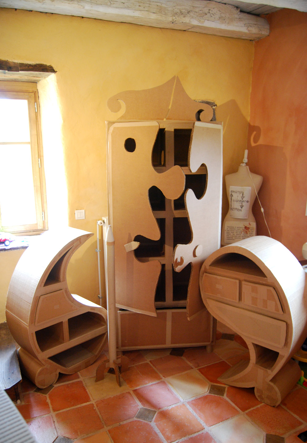 objets en carton. Black Bedroom Furniture Sets. Home Design Ideas